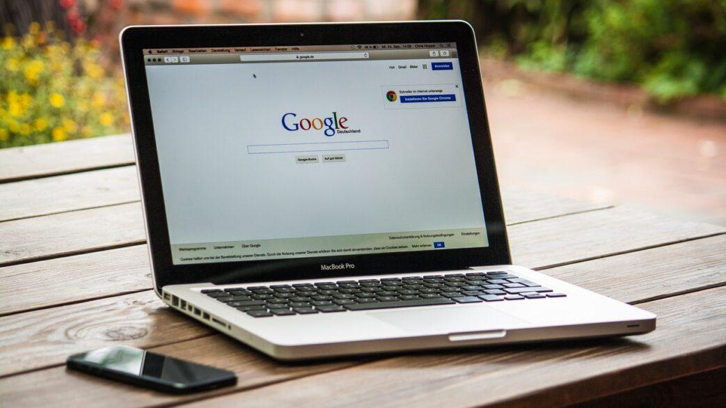 strona Google na ekranie laptopa