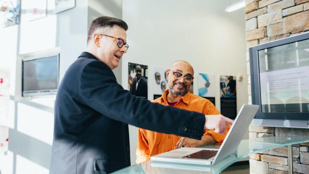 mężczyźni przy laptopie